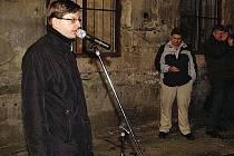 """Ivo Šulc, ředitel Státního okresního archívu Chrudim, při vernisáži výstavy """"Do švestek to vydrželo"""" v prostorách někdejšího chrudimského vězení."""