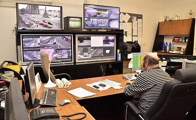 Místnost kamerového dohledu Městské policie Chrudim.