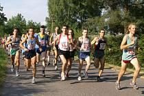 Běžci vyrážejí na trať.