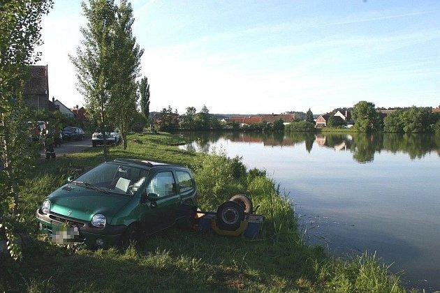 Renault narazil do stromu u rybníka poblíž Kunčí na Slatiňansku. Řidič byl nalezen bez známek života.