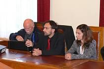 Obžalovaní Lukáš Blažek (uprostřed) a Anna Frantalová u chrudimského sudu.