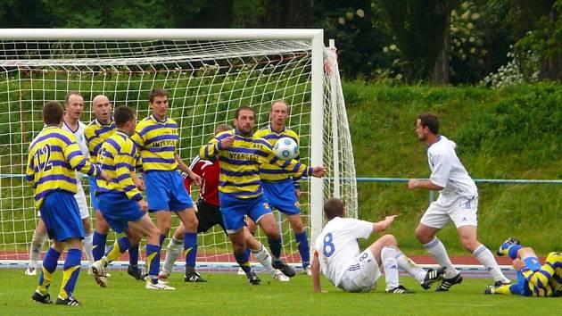 ZDOLALI NOVÝ BYDŽOV. Fotbalisté místního AFK ukončili nepříjemnou sérii čtyř zápasů bez vítězství ve 27. kole divizní skupiny C, když zdolali třetí tým tabulky.