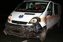 Řidič fiatu nedal na křižovatce přednost sanitce.