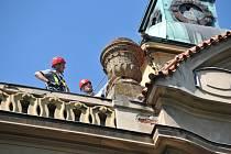 Několik metráků vážící ozdoba na střeše zámku hrozila zřícením, hasiči ji proto museli sundat za pomoci lan.