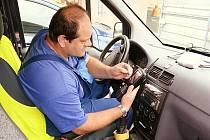 Technik Libor Fořt odečte data z vodoměrů v okolí, aniž přitom opustí služební vůz.