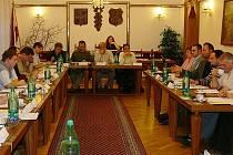 Ilustrační foto - jednání zastupitelů ve Slatiňanech.