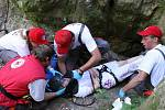 Tým Českého červeného kříže z Chrudimi při cvičení záchranářu. Vyprošťování osob ze skal a osobního automobilu při nehodě.