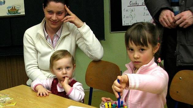 Budoucí prvňáčci absolvují zápis na Základní škole Dr. Peška v Chrudimi.