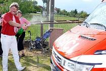 Starosta Heřmanova Městce Aleš Jiroutek pokřtil nové hasičské auto.