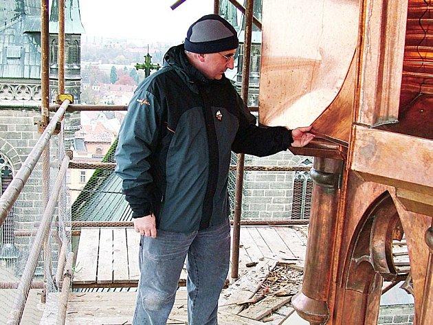 Na lešení postaveném kolem malé vížky dohlíží farář arciděkanství Jiří Heblt na postup opravářských prací.