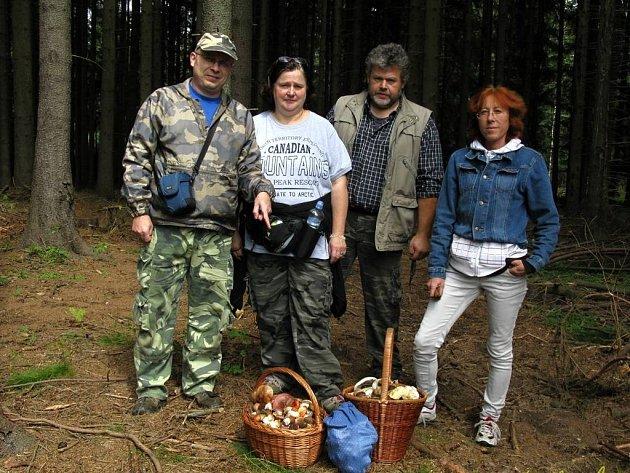 """Jiří Laštůvka """"Kudláček"""" (vlevo) občas vezme kamarády a známé na houby. S ním se nemusí nikdo obávat, že půjde domů s prázdným košíkem."""