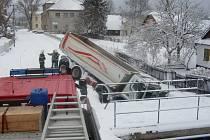 Nákladní automobil o hmotnosti 14 tun sjetý do potoka v Krouně vytahovali hlinečtí a svitavští hasiči 20. února v ranních hodinách.  K vyproštění prázdného nákladního vozidla musel být povolán jeřáb. Při nehodě naštěstí nedošlo k poškození nádrží.