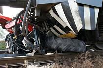 Traktor byl po srážce s vlakem na nechráněném přejezdu u Červeného Kostelce z větší části zdemolován. Řidič vyvázl s lehkým zraněním.