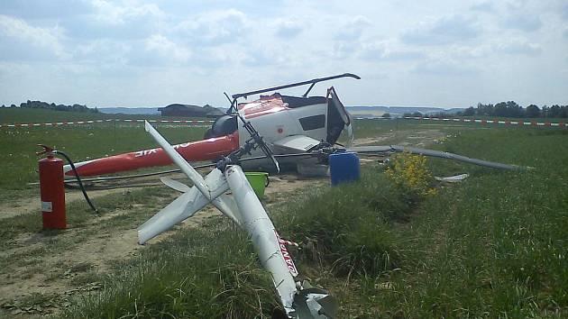 Při pádu vrtulníku na letišti ve Skutči 11. května 2011 se zranil 51letý pilot.