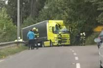 Vážná nehoda: na kamion spadl strom