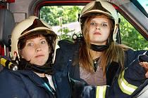 Během projektového dne na ZŠ Dr. Peška si mohly děty vyzkoušet třeba práci s vybavením a obleky hasičů.