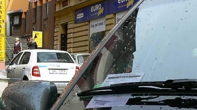 """Městská policie rozdala za stěrače """"dárečky""""."""