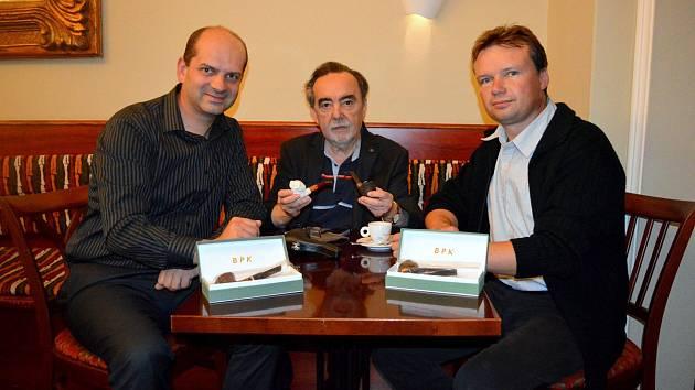 Režisér Dušan Klein (na snímku uprostřed) věnoval muzeu dvě dýmky