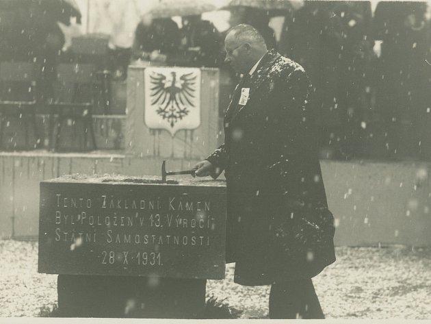 Starosta Václav Kášek poklepává na základní kámen Divadla Karla Pippicha.