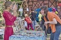 Slatiňanské pozastavení 2015: zatímco na jevišti dováděly tanečnice, děti si hrály s mechanickými hračkami, svačily nebo třeba nakupovaly.