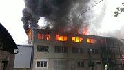 Hasiči bojují s požárem v ronovském firmě.