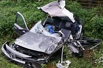 VRAK. Spolujezdec renaultu vyvázl jako zázrakem bez zranění. Řidič skončil s těžkými zraněními v pardubické nemocnici.