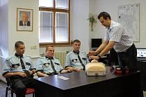 Chrudim zakoupila pro městskou policii automatický externí defibrilátor k rychlé záchraně lidských životů.