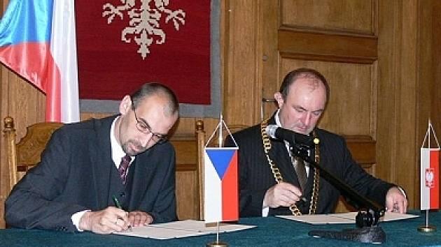 Starostové Chrudimě a Olešnice podepisují smlouvu o partnerství.