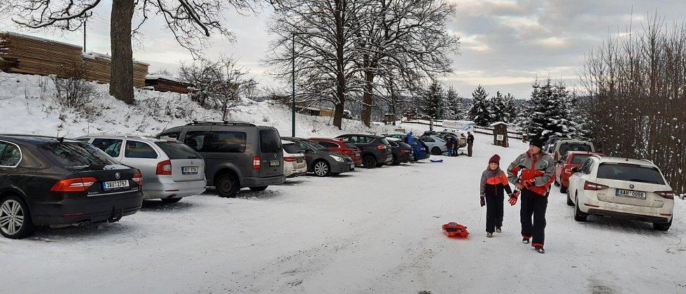 Parkoviště u sjezdovky v Hluboké bylo plné takřka stejně jako při plné lyžařské sezoně.