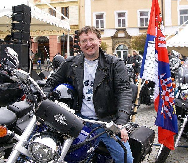 Hejtmanská jízda udělala zastávku i na chrudimském Resselově náměstí. V jejím čele jel krajský hejtman Ivo Toman.