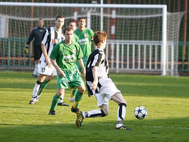Z krajského přeboru ve fotbale: Hlinsko doma v derby porazilo SK Chrudim 5:1.