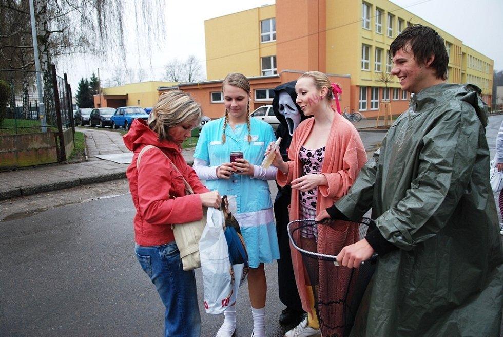 Maturanti v Třemošnici vyšli při posledním zvonění do ulic.