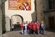 """Turisté nejdříve navštívili Anežský klášter, kde zhlédli výstavu """"Svatá Anežka Česká princezna a řeholnice"""". Výprava se pak přemístila do Židovského muzea. Tady si turisté si prohlédli i budovu bývalé obřadní síně a márnice při Starém židovském hřbitově a"""