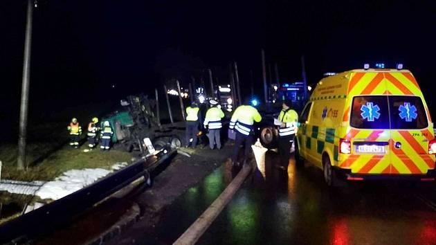 K nehodě dvou tahačů došlo v pátek časně ráno na silnici v Nasavrkách.