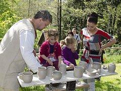 Ve skanzenu na Veselém Kopci u Hlinska si každý mohl vyzkoušet svou vlastní zručnost během tradiční Hrnčířské soboty.