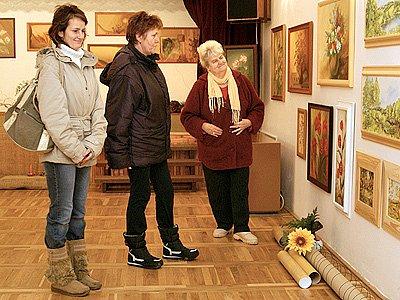 Návštěvníci si prohlížejí zaječickou expozici.