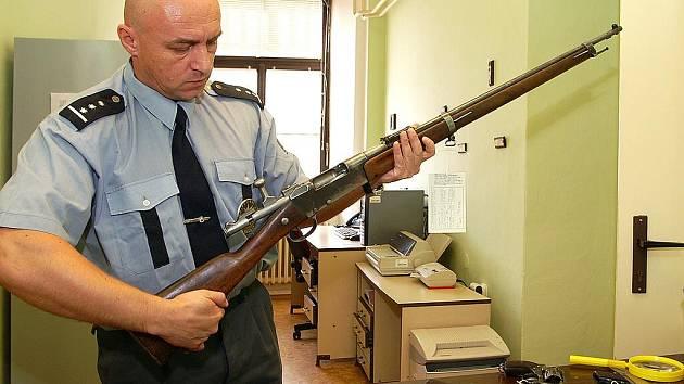 """Mezi odevzdanými zbraněmi byli i některé historické """"kousky""""."""