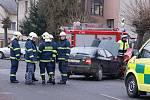 Dva zraněné mladíky z nehody ve Slatiňanech museli hasiči nejprve vyprostit z havarovaného vozu, než se jich mohla ujmout záchranná služba.