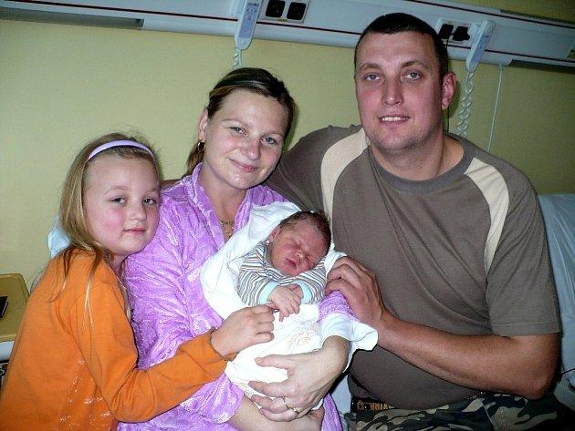 JAN PETŘÍČEK.  Jméno Jan dostal syn Danuše a Karla Petříčkových  z Poběžovic . Na svět přišel 16.11. ve 5:10, kdy vážil 3,95  kg a měřil 52 cm. Má 6letého sestru Nikolku. Tatínek byl u porodu mamince oporou.