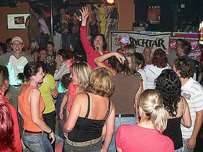DJ Kofola (v davu uprostřed s rukou nahoře).