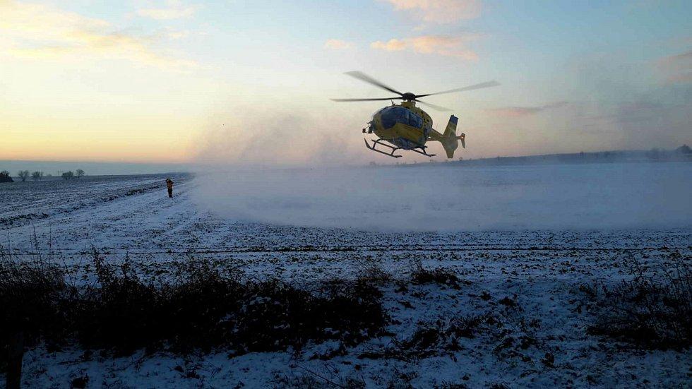Pro zraněnou řidičku přiletěl vrtulník.