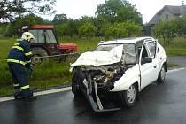NOVÁ VES. Řidič vozu Škoda Favorit může hovořit o štěstí v neštěstí, utrpěl při nehodě pouze lehké zranění.