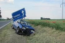Řidič se  při nehodě na silnici u Medlešic dostal do protisměru a přejel do příkopu, kde poškodil dopravní značku