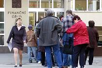 Mnoho lidí i letos nechalo podání daňového přiznání na poslední chvíli. Před Finančním úřade v Chrudimi se v pondělí dopoledne tvořily fronty.