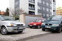 Parkování v Husově ulici v Chrudimi je dlouhodobě problematické.