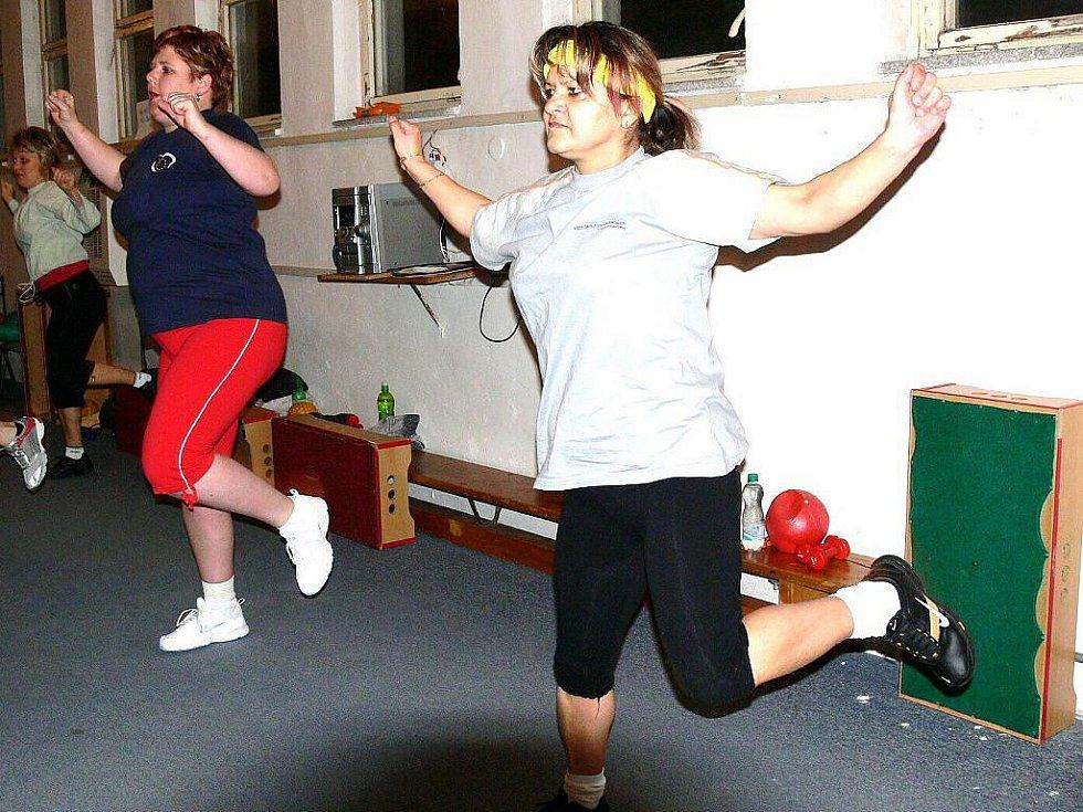 Soutěžící cvičí s Vlaďkou Bartlovou v zrcadlovém sále chrudimské sportovní haly.