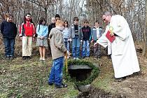 Svěcením původních ležáckých studánek zahájili v památníku v Ležákách letošní turistickou sezónu.