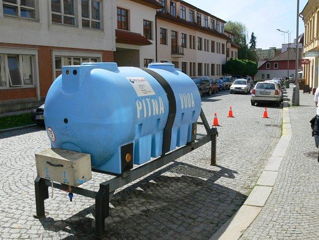 Díky přistaveným cisternám nebyli lidé bez pitné vody dlouho.