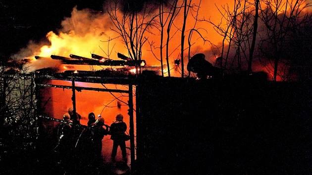 Ve středu 6. listopadu v 0:22 hodin zasahovalo sedm hasičských jednotek u požáru stodoly v Kladně u Hlinska. Plameny způsobily dvoumilionovou škodu.