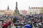 Motorky všech podob a kubatur po příjezdu zaplnily Resselovo náměstí. Jejich posádky se stěží vešly do kostela